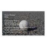 Una pelota de golf que descansa sobre la grava tarjeta personal