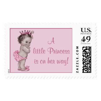 Una pequeña princesa está en su bebé del vintage sello