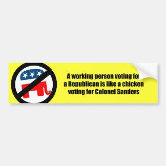 Una persona de funcionamiento que vota por un repu pegatina para auto