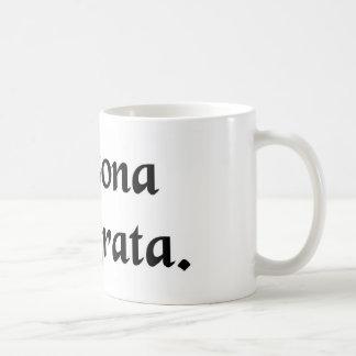 Una persona incómoda taza de café
