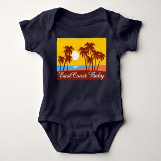 Una pieza de la playa de la palmera de la puesta camisas