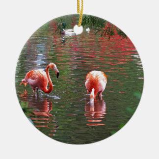 Una pieza del paraíso flamenco adorno navideño redondo de cerámica