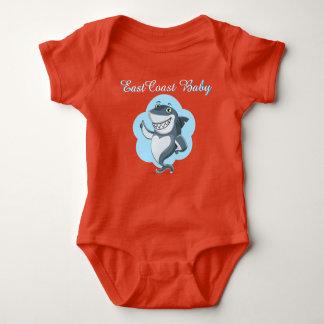 Una pieza del tiburón de la playa del bebé de la mameluco de bebé