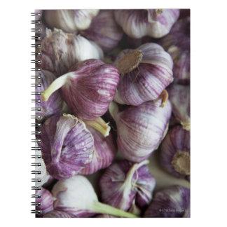 una pila de ajo fresco exhibida para la venta libreta