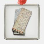 Una pila de mapas de camino doblados en un blanco ornaments para arbol de navidad