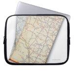 Una pila de mapas de camino doblados en un blanco mangas portátiles