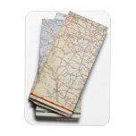 Una pila de mapas de camino doblados en un blanco imanes de vinilo