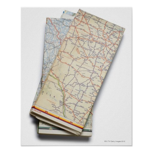 Una pila de mapas de camino doblados en un blanco posters