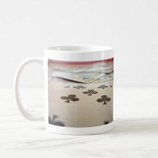 Una pila de naipes taza