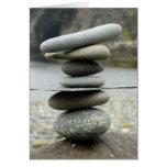 Una pila de tarjeta de nota de las rocas