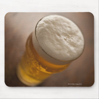 Una pinta de cerveza dorada, foco bajo del lir tapete de ratones