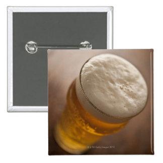 Una pinta de cerveza dorada, foco bajo del lir tra pin