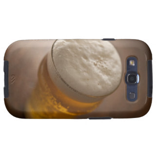 Una pinta de cerveza dorada, foco bajo del lir tra galaxy SIII carcasa