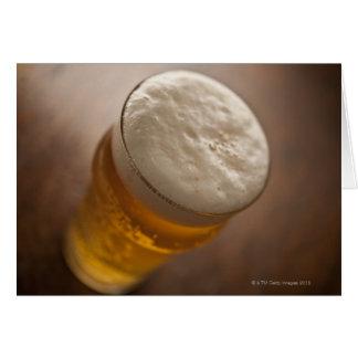 Una pinta de cerveza dorada, foco bajo del lir tra tarjeta de felicitación