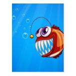 Una piraña asustadiza debajo del mar tarjetas postales