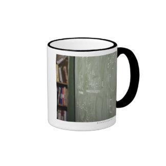Una pizarra taza de dos colores