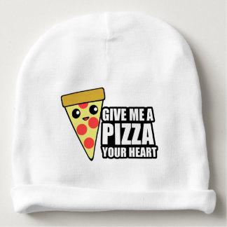 Una pizza su corazón gorrito para bebe