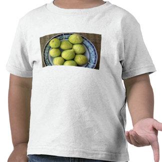 Una placa de higos mediterráneos frescos camisetas