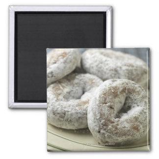 Una placa de los anillos de espuma del azúcar imán cuadrado