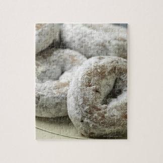 Una placa de los anillos de espuma del azúcar rompecabeza con fotos