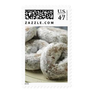 Una placa de los anillos de espuma del azúcar timbres postales