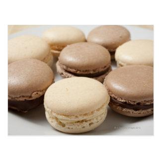 Una placa del chocolate y de la vainilla Macarons, Tarjeta Postal