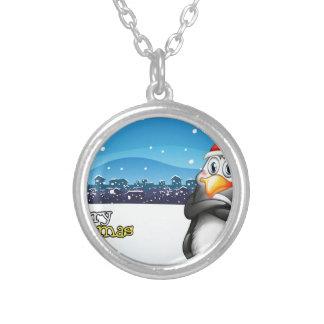 Una plantilla del navidad con un pingüino collar plateado