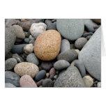 Una playa de la tarjeta de las rocas