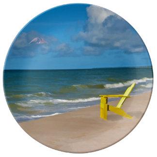 Una playa en alguna parte y silla de playa plato de cerámica