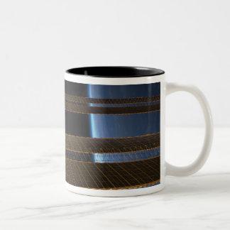 Una porción de la estación espacial internacional taza de café de dos colores