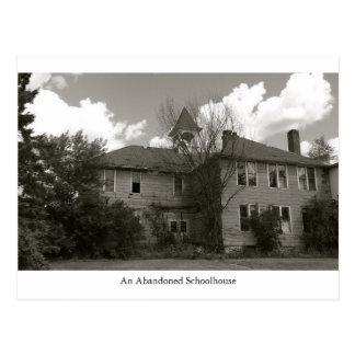 Una postal abandonada vieja del edificio de la