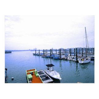 Una postal del horizonte del puerto