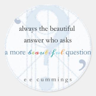 Una pregunta más hermosa pegatina redonda