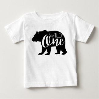 Una primera fiesta de cumpleaños salvaje del oso playera de bebé