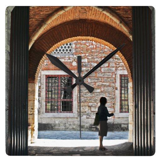 Una puerta a esperar reloj