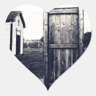 Una puerta al pasado pegatina en forma de corazón