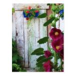 Una puerta azul vieja rústica hermosa en un jardín postales