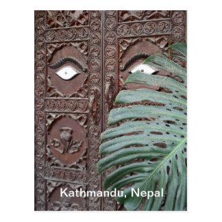 Una puerta vigilante en Katmandu Postal