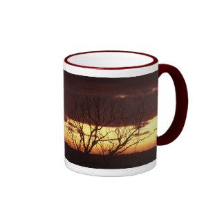 Una puesta del sol del pantano por las pimientas d taza de café