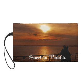 Una puesta del sol hermosa en un barco de cruceros