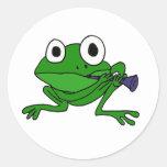 Una rana divertida que juega el Clarinet Pegatina Redonda