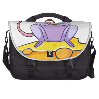 Una rata que come sobre la rebanada grande de bolsa para ordenador
