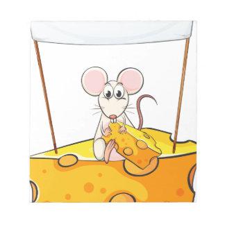 Una rata que se sienta sobre el queso con un banne bloc de notas