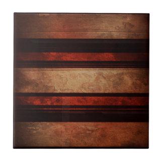 Una raya negra y rojo en un fondo de madera azulejo cuadrado pequeño