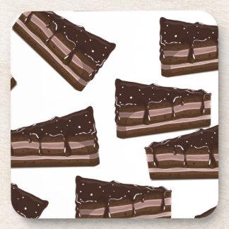una rebanada de torta de chocolate posavasos