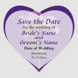 Una reserva púrpura del iris la fecha pegatina en forma de corazón
