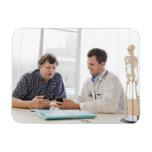 Una reunión del doctor con un paciente y el hablar imanes flexibles