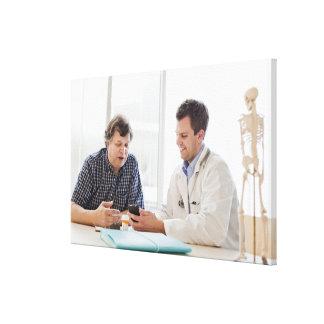 Una reunión del doctor con un paciente y el hablar impresiones de lienzo