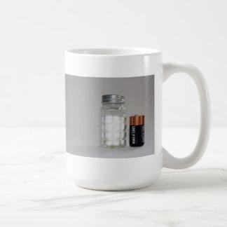 Una sal y una batería taza básica blanca