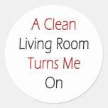 Una sala de estar limpia me gira pegatina redonda
